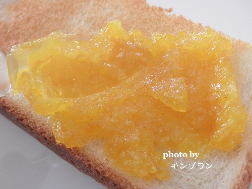 パンにたっぷり塗った自家製マーマレード