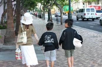 ハワイを歩く親子