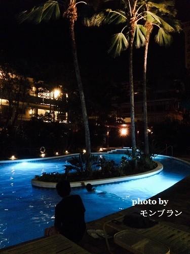 ハワイのホテルのナイトプール