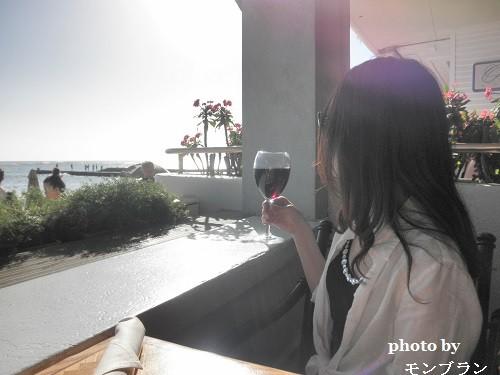 ハワイビーチサイドのレストランでワインを楽しむ