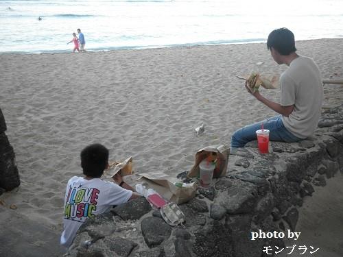 ワイキキビーチで朝ごはんを食べる息子たち