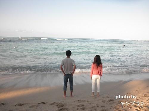 ハワイの海を眺める母子