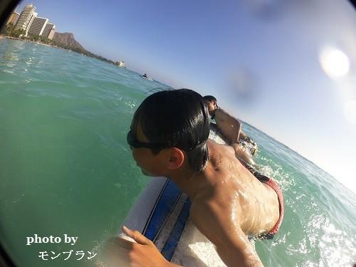 ハワイでサーフィンを楽しむ息子たち