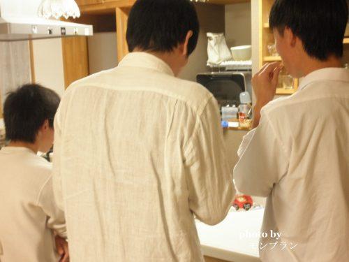 えびせん家族のたこせんべい明太子味できたてパックに群がるパパと息子たち