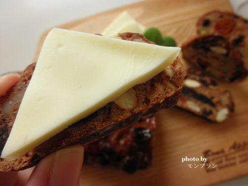 チーズを乗せたアンデルセン アルザスのフルーツブレッド