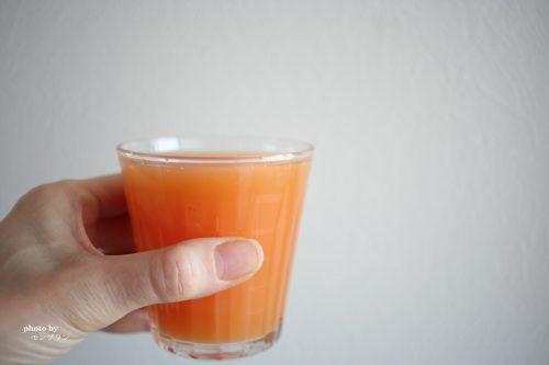 コップに入れたアロエ&グレープフルーツジュース
