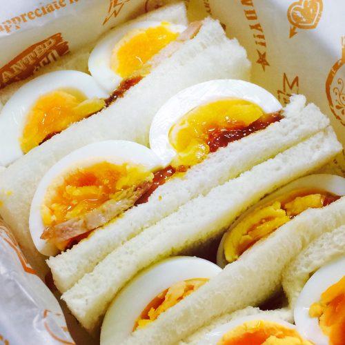 とろり卵と照り焼きチキンのサンドイッチ