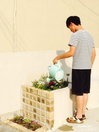 水やりをするガーデニング王子