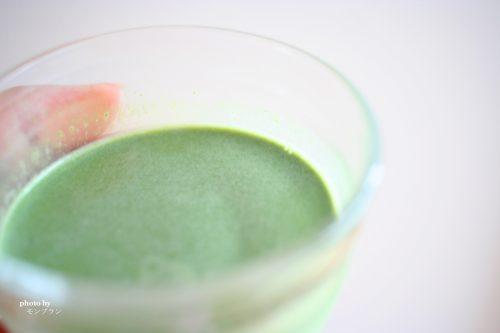 牛乳で溶かした藍の青汁