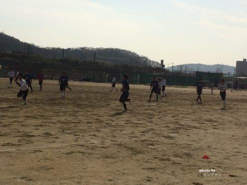 サッカーをする息子たち