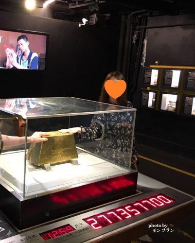 台湾黄金博物館の金塊に触ってみた