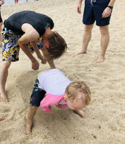 淡路島の砂浜で遊ぶ子どもたち